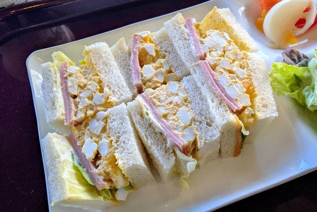 松屋系列のカフェのモーニングがお得! 「ハムタマゴサンド」を食べてみた / カフェテラスヴェルト(東京・三鷹駅前)