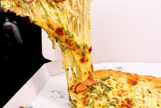 【狂気再び】チーズ量最大1キロなドミノ・ピザの『ウルトラチーズ革命』シリーズがやっぱりヤバかった / 荒れ狂うチーズの大海に難破不可避な具材