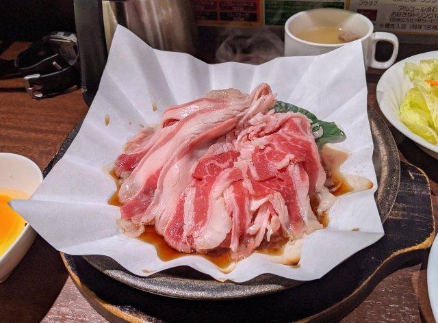 いきなり! ステーキが店舗限定で新メニュー「すき焼き」の販売を開始!! 「紙鍋+鉄皿」の提供方法を特許申請中だぞ~!!
