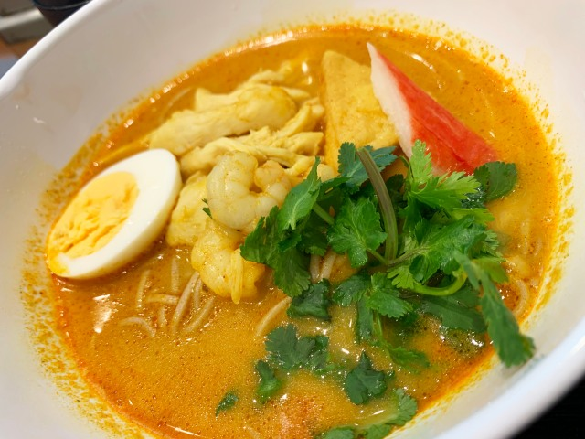 シンガポールのB級グルメ・ラクサを蕎麦に! 富士そば『ラクサそば』がいつもと違ってガチすぎる理由 / 立ち食いそば放浪記:第260回