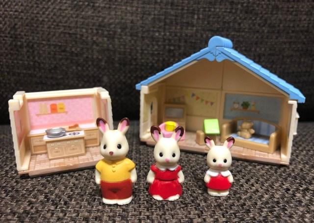 シルバニアファミリーの超小さいカプセルトイに大興奮! お部屋も家具も人形も…かわいいパーツがいっぱい入って300円