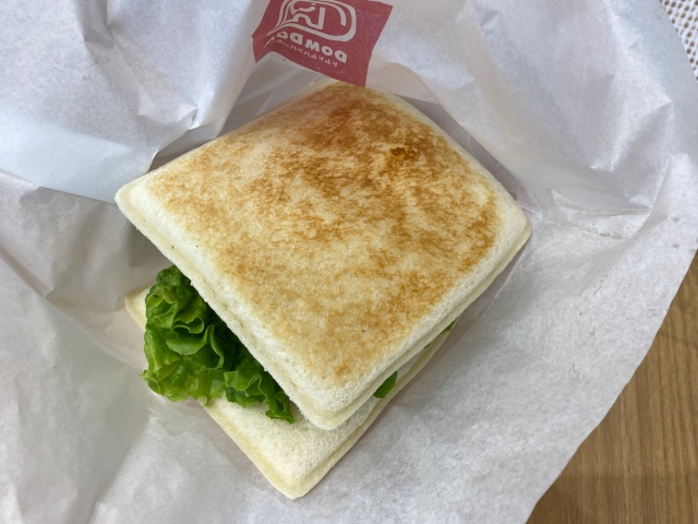 【ブッ込んできた】ドムドムバーガー、新商品のバンズになんと『ランチパック』を採用 → 味が渋滞して逆に最高 / てりたまチキンとフレッシュ野菜サンド