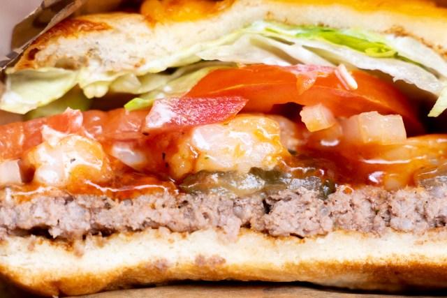 バーガーキング「シュリンプ・スパイシーアグリービーフバーガー」を食べてみた / ウマ辛なプリップリの海老とチーズとビーフ