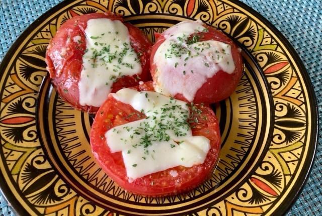 【簡単キャンプ飯】チーズトマトステーキは誰が作っても美味しいし食べ応え抜群! ワイルドな肉料理にも真っ向勝負できるぞ!