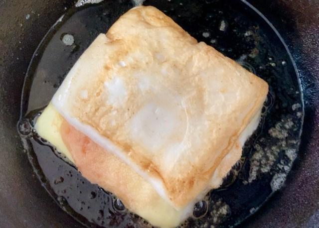 【簡単キャンプ飯】ふっくらとろ〜り「明太子チーズはんぺんバター焼き」はビールにめっちゃ合う! 料理が苦手でも挟んで焼くだけならできる!