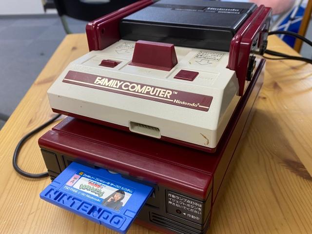 【発売35年】君はファミコンの『ディスクシステム』を知っているか / 「本物の電話番号がダダ漏れ」「セロテープでセーブ」など80年代のエモさ炸裂!