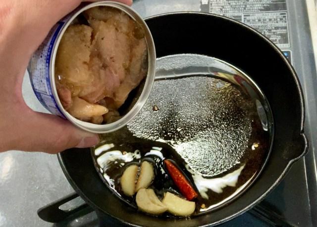 【簡単キャンプ飯】焼き鳥缶で作る「鶏肉のカシューナッツ炒め」がクソうまい! お手軽過ぎる本格中華はお弁当のおかずにしてもOK!