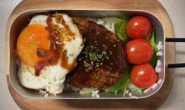 【簡単キャンプ飯】セブン「金の直火焼きハンバーグ」を使ったロコモコ丼が最高にうまい! メスティン使えばほぼほったらかしでOK!