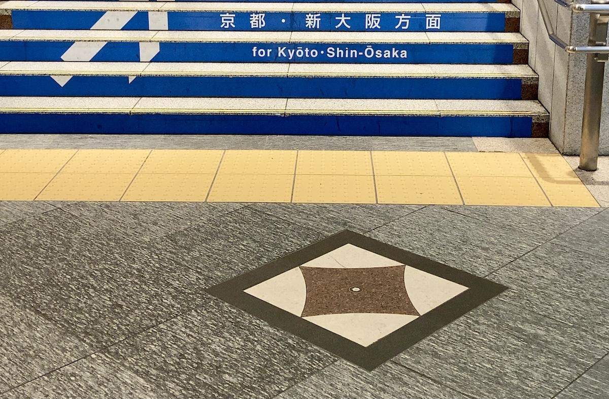 東京駅の床にある不思議なマークの意味が衝撃的すぎた