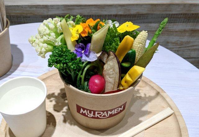 「キレイな二郎」発見!  渋谷マルイ「グラスヌードルショップ」のブーケヌードルが美しすぎる