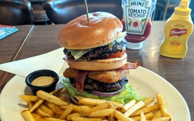 ワタミ系「TGIフライデーズ」の巨大なハンバーガーを食いに行ったら、まったく別のことでビックリしてしまった!