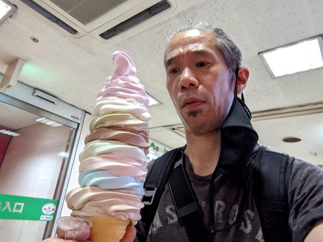 【圧巻】中野ブロードウェイ「デイリーチコ」のデカすぎる特大ソフトクリーム(700円)の10年前の価格が安すぎてビビった!