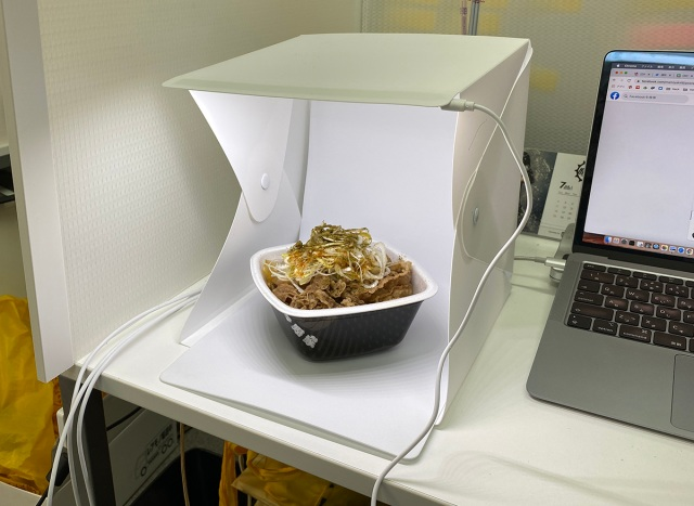 【100均検証】税込440円の「LED付き撮影BOX」でいろんなものを撮ってみたら、その差は歴然だった!!