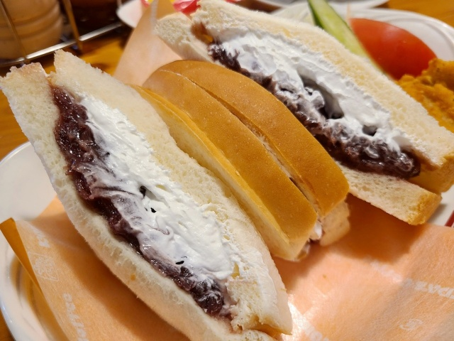 【一部店舗限定】コメダの平日ランチでのみ食べられる小倉ホイップサンドがふわふわで美味しい! コメダ特有のボリュームも健在です!