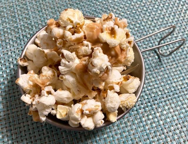 【簡単キャンプ飯】マシュマロで作る「キャラメルポップコーン」が悪魔的なウマさ! 濃厚リッチで無限に食べられる!