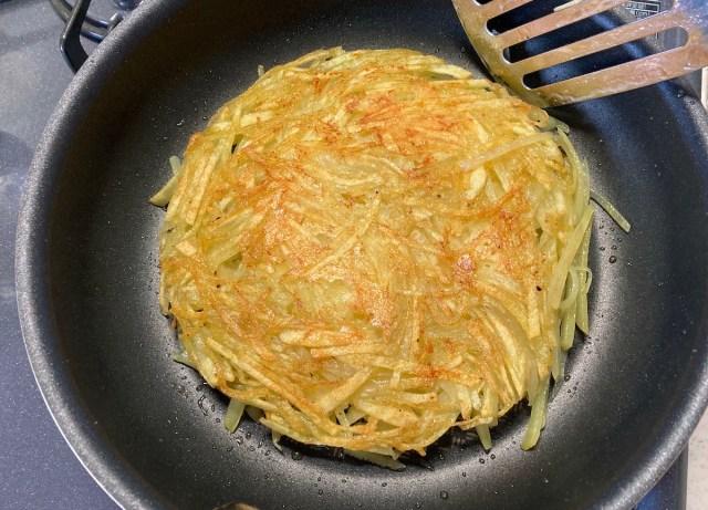 【簡単キャンプ飯】カリカリ香ばしい「ジャガイモのガレット」が感動的なおいしさ! 余ったジャガイモを大量消費して激ウマおつまみに!