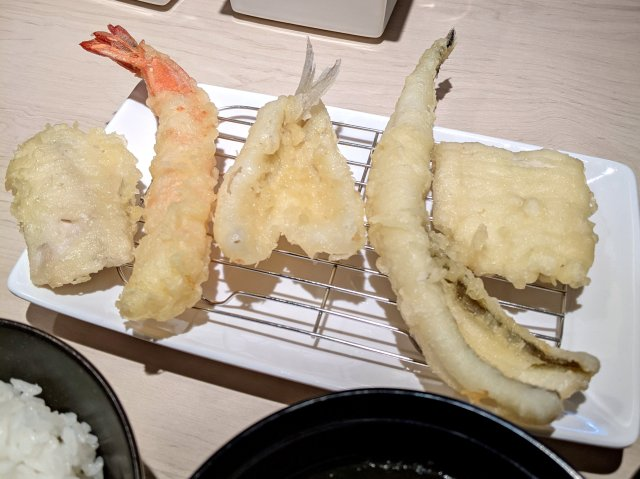【戦争か!?】元気寿司が新業態「天ぷら 咲く菜」1号店をオープン! お店の場所が「てんや」にケンカ売ってるように見えるんだけど……