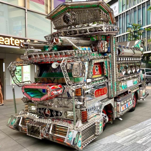 渋谷PARCOに幻のデコトラ「亜紀観音」が登場! トラック野郎の女神・八代亜紀さん芸能生活50周年記念で