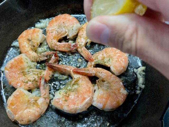 【簡単キャンプ飯】ハワイ名物「ガーリックシュリンプ」はヤミツキ必至の美味しさ! 余ったソースで「ガーリックライス大盛り」も作っちゃいました!