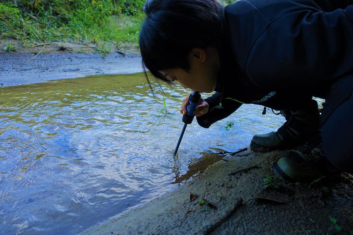 携帯浄水器「SAWYER Mini」で川の水を飲んでみた / 牛乳も透明になっただと…!?