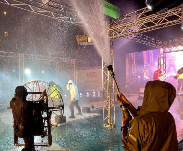 ワークマンの「過酷ファッションショー」の暴風雨が凄すぎたので再現してみた / 大人気レインスーツを過酷ファッションショー検証