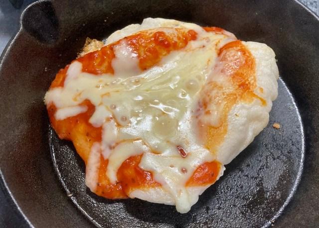 【簡単キャンプ飯】いびつな形がプロっぽい「食感が最高の餅ピッツァ」が簡単なくせにウマすぎる! 余った餅の使い道としても覚えておくべし!
