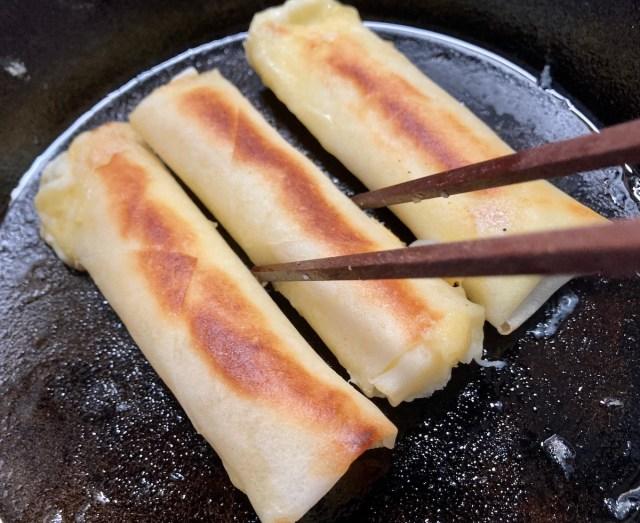 【簡単キャンプ飯】揚げずに焼くだけ「ビヨ〜〜ンと伸びるチーズ春巻き」が罪深きうまさ! 調理時間10分未満のおつまみとしてどうぞ!