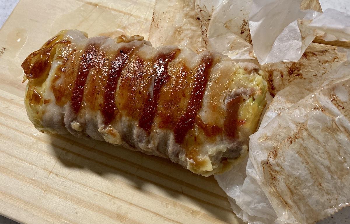 【簡単キャンプ飯】豚バラをぐるりと巻いた「極厚ふわとろお好み焼き」がインパクト抜群! 食欲爆発するビジュアルで最高にうまい!
