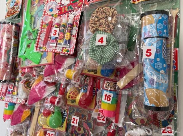 【検証】駄菓子屋の壁によくあった「くじ」を全部開封してみた! 懐かしの全賞品がこれだ!!