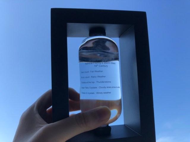 【実験】天気によって結晶の形が変わる「ストームグラス」を圧縮袋に入れて真空状態にしたら…思わぬ変化が!